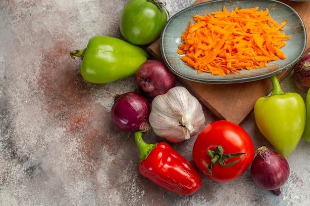 Draufsicht frisches gemüse zusammensetzung auf weißem schreibtisch mahlzeit farbe gesundes leben salat reife diät