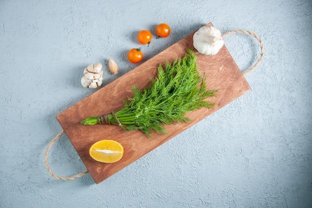 Draufsicht frisches grün auf hellem hintergrundnahrungsmittelmahlzeit-gemüsesalatpflanze