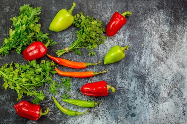 Draufsicht frisches grün mit paprika auf dem hellgrauen tisch