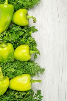 Draufsicht frisches grün mit paprika auf weißem hintergrund