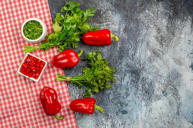 Draufsicht frisches grün mit roter paprika auf dem hellgrauen tisch