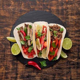 Draufsicht frisches mexikanisches essen mit limette