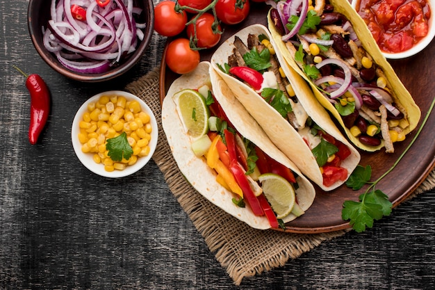 Draufsicht frisches mexikanisches essen mit mais