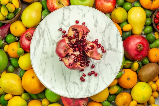 Draufsicht frisches obst verschiedene reife früchte auf weißem hintergrund beerendiät leckeres farbfoto gesundheit des reifen baumes