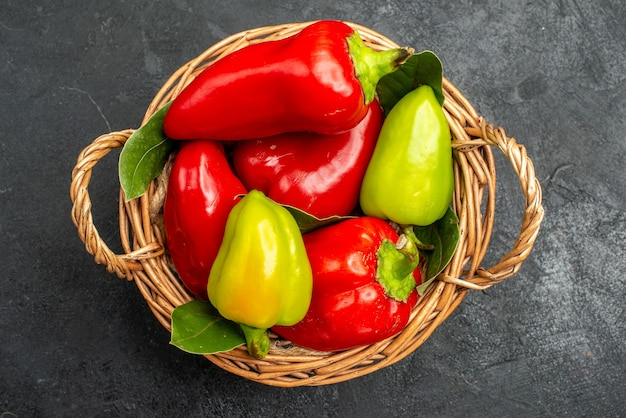 Draufsicht frisches paprika würziges gemüse