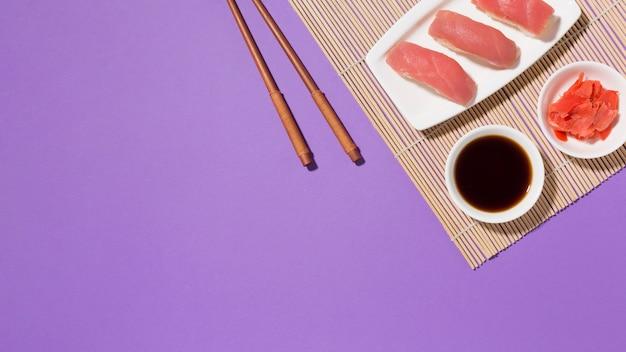 Draufsicht frisches sushi mit sojasauce und stäbchen