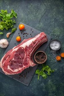 Draufsicht frischfleischscheibe rohes fleisch mit pfeffer und grüns auf dunklem hintergrund hühnermehlnahrungsmitteltiermetzgerfoto