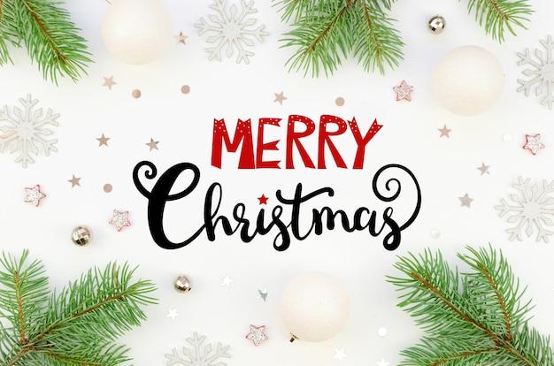 Draufsicht frohe weihnachten schriftzug auf christams rahmen getippt