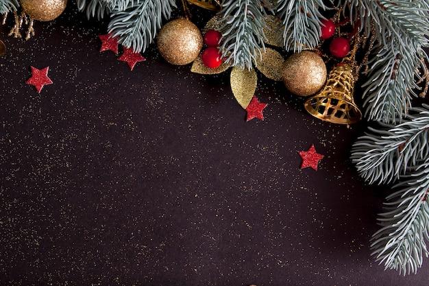 Draufsicht frohe weihnachten schwarzer hintergrund verziert mit frohes neues jahr-weihnachtsbaumzweigen