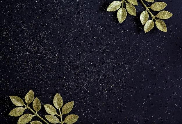 Draufsicht frohe weihnachten schwarzer hintergrund verziert mit glitzerzweigen mit kopienraum. festliches fröhliches konzept der winterneujahr-feiertagskartendekoration, flach gelegt.
