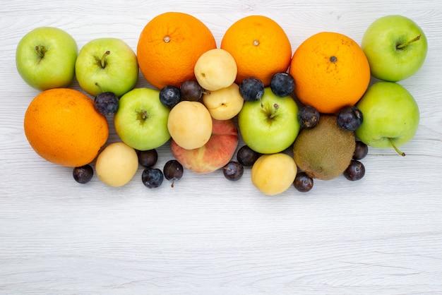 Draufsicht fruchtzusammensetzung einschließlich äpfel orangen und pfirsiche auf dem weißen hintergrund fruchtfarbe reif weich