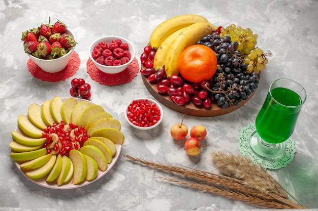 Draufsicht fruchtzusammensetzung trauben bananen und hartriegel auf weißer oberfläche fruchtbeere exotisch tropisch