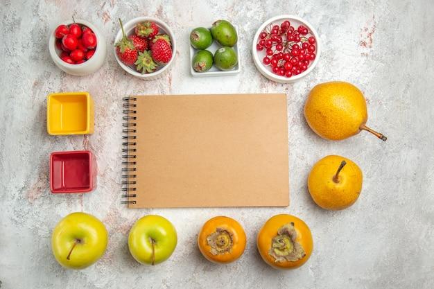 Draufsicht-fruchtzusammensetzung verschiedene frische früchte auf weißem schreibtisch