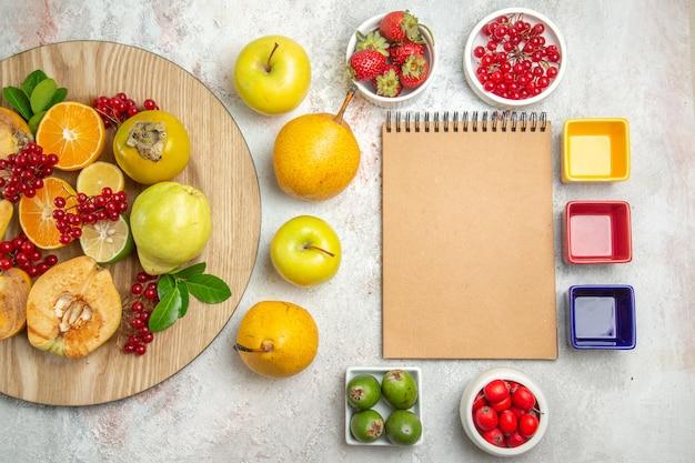 Draufsicht fruchtzusammensetzung verschiedene früchte auf dem weißen tisch frische reife beerenfrucht