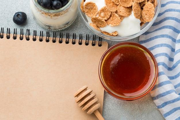 Draufsicht frühstück mit müsli