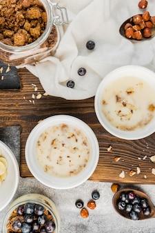 Draufsicht frühstücksschalen auf dem tisch