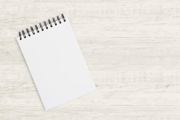 Draufsicht für betriebswirtschaftlicher hintergrund. leeres notizbuch für das malen, das zeichnen und das skizzieren auf hölzernem