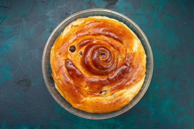 Draufsicht ganzer kirschkuchen mit backkirschen innen auf dem dunkelblauen hintergrundkuchen backen süße zuckerfrucht