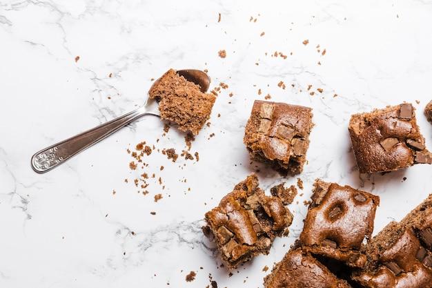 Draufsicht gebackener schokoladenkuchen