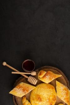 Draufsicht gebäck und croissants lecker auf dem dunklen hintergrund