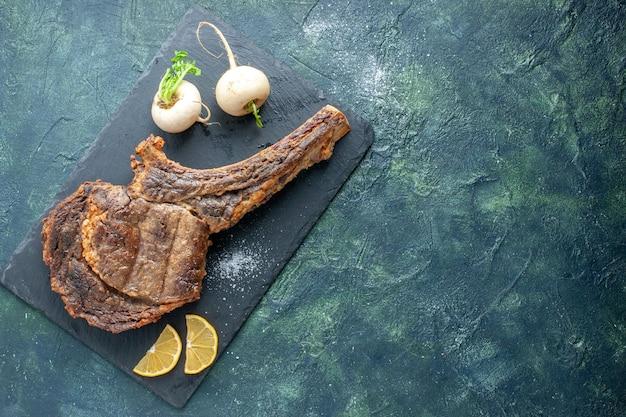 Draufsicht gebratene fleischscheibe auf dunklem hintergrund fleischgerichte grill braten farbe kochen tierrippe abendessen