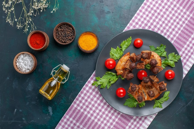 Draufsicht gebratene fleischscheiben mit grünen gewürzen und kirschtomaten auf dunkler oberfläche fleischnahrung mahlzeit gemüse gemüse braten