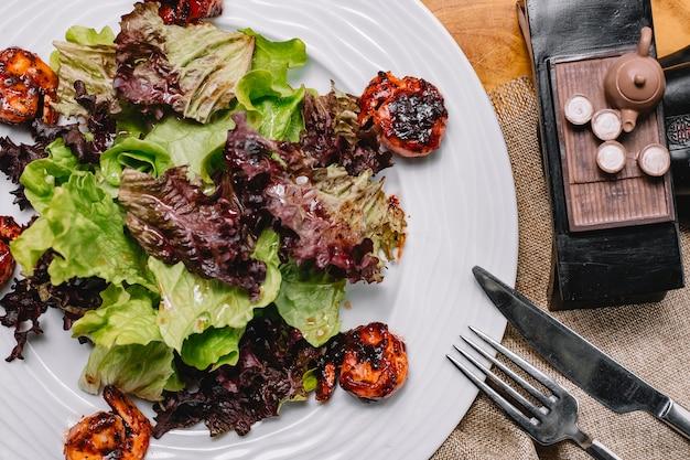 Draufsicht gebratene garnelen mit salatblättern