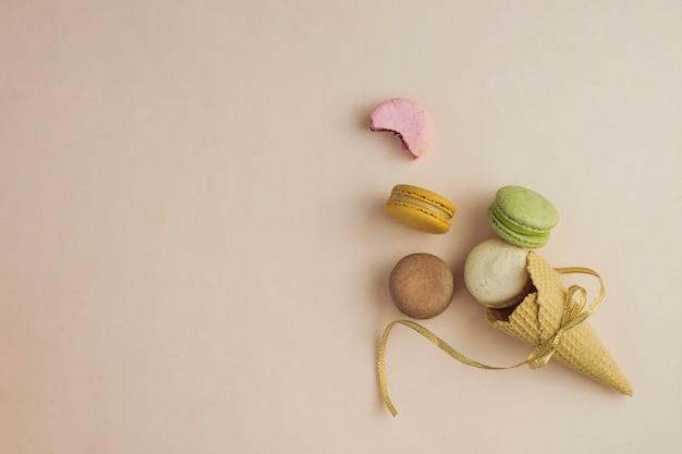 Draufsicht gebundene eistüte mit macarons