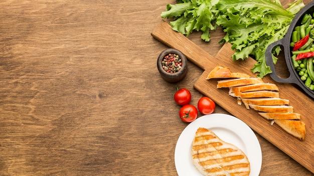 Draufsicht gegrilltes huhn und tomaten mit kopierraum