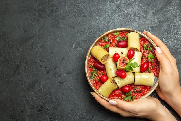 Draufsicht gekochte italienische pasta köstliche mahlzeit mit fleisch und tomatensauce auf grauer schreibtischnudelteigfleischsauce