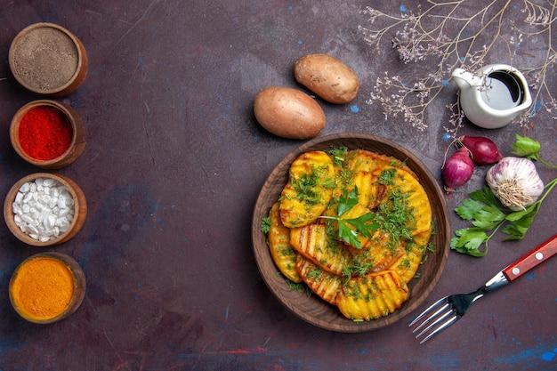 Draufsicht gekochte kartoffeln köstliches gericht mit grüns auf dunklem schreibtisch kochendes mahlzeitgericht kartoffeldinner