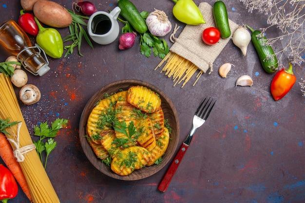 Draufsicht gekochte kartoffeln köstliches gericht mit grüns auf einem dunklen oberflächenkartoffelabendessenessen