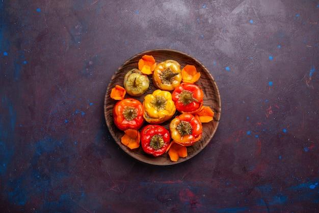 Draufsicht gekochte paprika mit hackfleisch innen auf grauem oberflächenmehl gemüsefleisch dolma essen