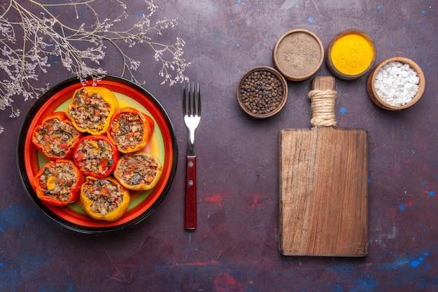 Draufsicht gekochte paprika mit verschiedenen gewürzen auf der grauen oberfläche rindfleisch dolma lebensmittel gemüse fleisch