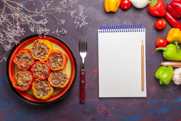 Draufsicht gekochte paprika mit verschiedenen gewürzen auf grauem oberflächenfutter rindfleisch dolma gemüse fleisch