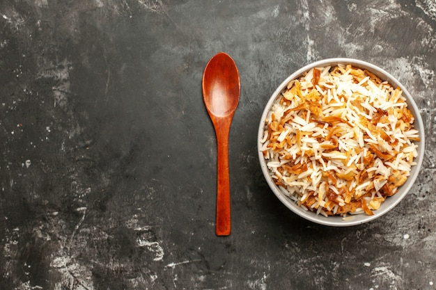 Draufsicht gekochter reis innerhalb platte auf dunklem boden dunkles gericht ostmahlzeitnahrung