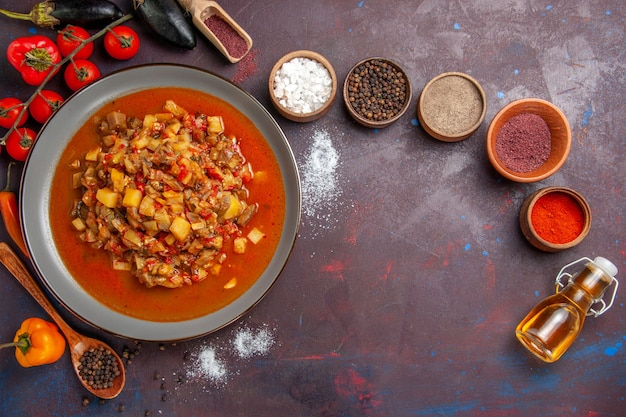 Draufsicht gekochtes gemüse geschnitten mit soße und gewürzen auf dunklem hintergrund mahlzeit soße essen abendessen suppe gemüse