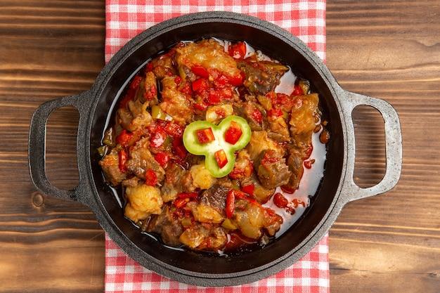 Draufsicht gekochtes gemüsemehl einschließlich gemüse und fleisch innen auf hölzernem braunem schreibtisch