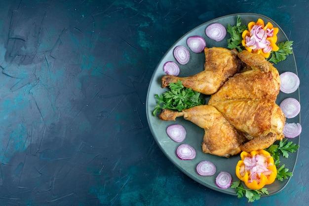 Draufsicht gekochtes huhn mit grün innerhalb platte auf dem dunkelblauen schreibtisch hühnerfleisch abendessen fleisch