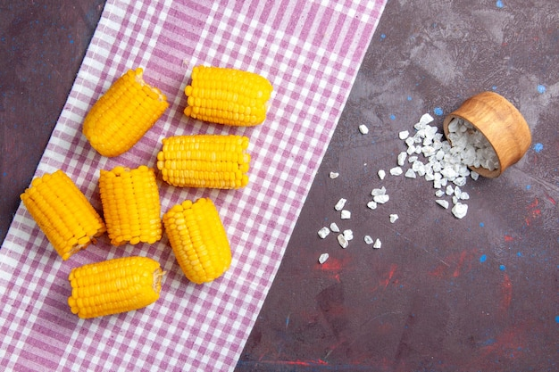 Draufsicht gelb geschnittene hühneraugen roh und frisch auf dunklem hintergrund maispflanzennahrung roh frisch