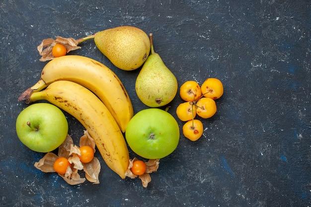 Draufsicht gelbe bananen paar beeren mit grünen apfelbirnen auf dem dunkelblauen schreibtisch obstbeere frische gesundheit vitamin süß