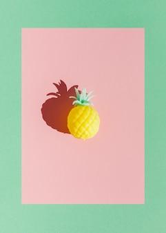 Draufsicht gelbes ananasspielzeug