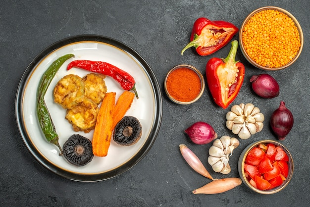 Draufsicht gemüse ein appetitliches gericht linsen tomaten gewürze paprika knoblauch zwiebel