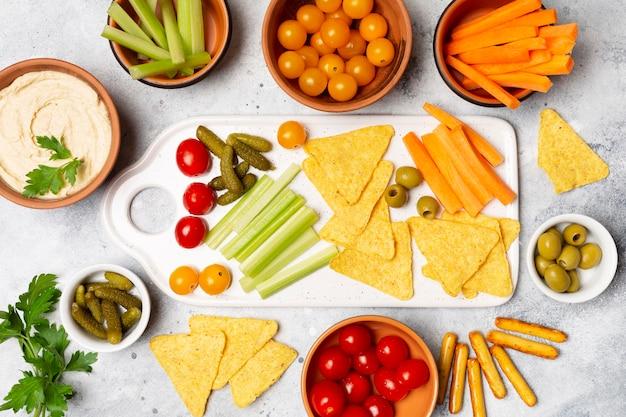 Draufsicht gemüse und chips sortiment