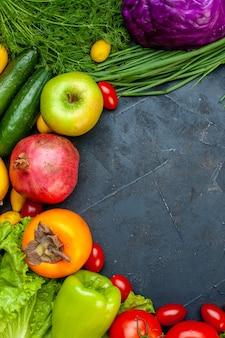 Draufsicht gemüse und obst gurken dill kirschtomaten rotkohl frühlingszwiebel granatapfel persimone apfel mit kopie raum