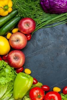 Draufsicht gemüse und obst kirschtomaten cumcuat äpfel gurken rotkohl paprika freien raum
