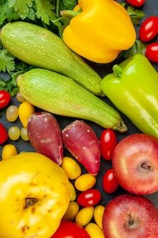 Draufsicht gemüse und obst zucchini gelbe paprika äpfel quitte kirschtomaten cumcuat petersilie
