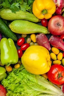 Draufsicht gemüse und obst zucchini paprika kirschtomaten cumcuat apfelquitte gurkensalat