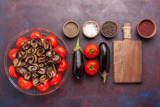 Draufsicht gemüsemehl geschnittene und gerollte tomaten mit auberginen auf dem dunklen hintergrund