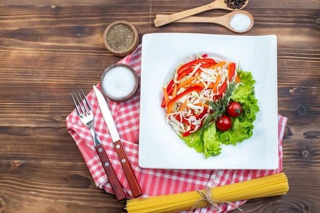 Draufsicht gemüsesalat mit grünem salat auf brauner oberfläche